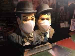 Laurel&Hardy-Büsten mit Mundschutz