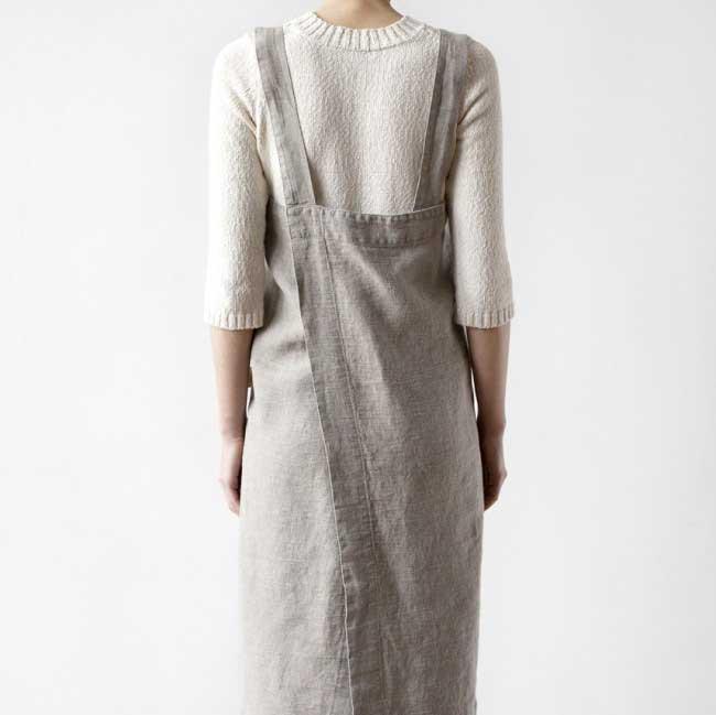 Zandkleurig linnen pinafore schort - een mooi omslagschort om in te koken - Linen Tales - Casa Comodo
