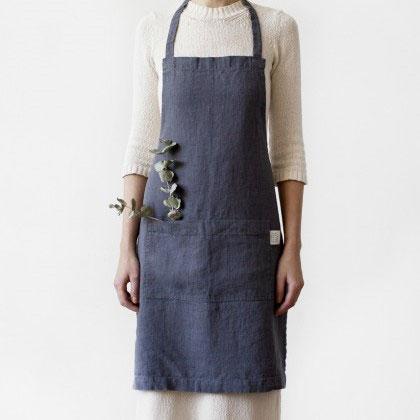 An anthracite linen kitchen apron. A nice dark gray cooking apron or kitchen apron Casa Comodo