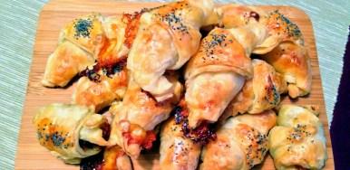 Cornettini salati di sfoglia ripieni di taleggio e pancetta