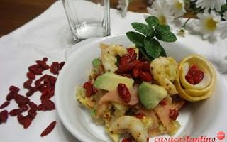 Bacche di goji avocado e gamberi