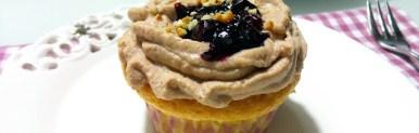 Cupcake ai mirtilli con crema di ricotta e cioccolato e coulis di mirtilli