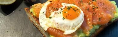 Crostone crema di avocado e salmone con uova di quaglia
