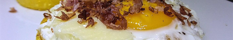 Dischi di polenta con uovo e prosciutto croccante