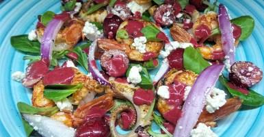 Insalata gamberoni, feta, ciliegie e polpo