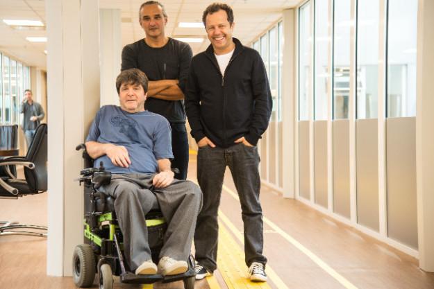 O escritor Marcelo Rubens Paiva, o artista plástico Vik Muniz e o designer Fred Gelli são os diretores criativos da abertura.