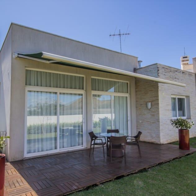 Fachada Fundos: Casas modernas por Bernacki Arquitetura