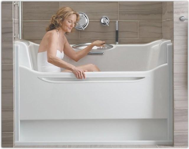 Walk-in Bathtub by Kohler A parede lateral é leve e pode ser facilmente levantada. Possui jatos de ar. Para o uso é necessário que o usuário entre e aguarde até que a banheira esteja cheia para iniciar seu banho, e depois é preciso esvaziar a banheira para poder sair. Fonte: http://www.kohler.com/bold-independence/ products/list?categoryName=AIP%20Elevance%20RWB&sortBy=productName-