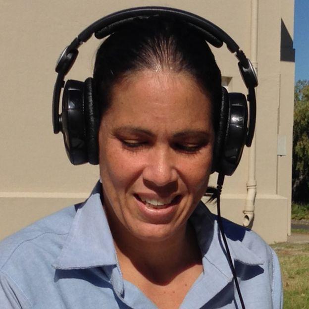 Wanda Diaz Merced com fones de ouvido