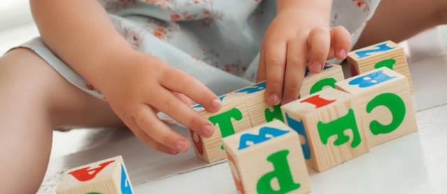 Menina brinca com blocos de letras: estudo mostra que profissionais devem investigar ativamente se irmãos de crianças diagnosticadas com distúrbio também têm problemas Foto: Shutterstock.com/Olena Chukhil