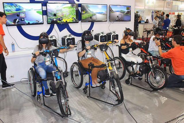 As cadeiras motorizadas foram adaptadas para compor a realidade virtual do jogo criado pela Kit Livre proporcionam frio na barriga de quem for no estande!