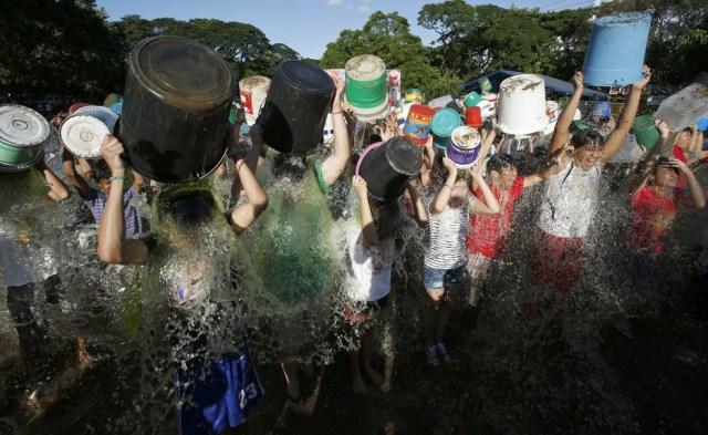 Cerca de 200 filipinos participam de desafio do balde de gelo em 2014 (Foto: Erik De Castro/Reuters)
