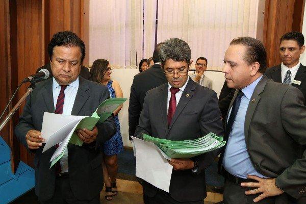 Deputados Amarildo Cruz, autor do projeto, ao lado de Rinaldo Modesto e Coronel David (Foto: Assessoria/ALMS)