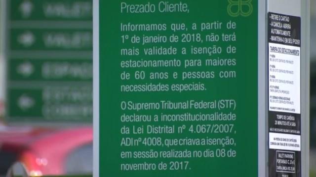 Mensagem em shopping de Brasília aponta fim da gratuidade para idosos e deficientes em estacionamentos (Foto: TV Globo/Reprodução)
