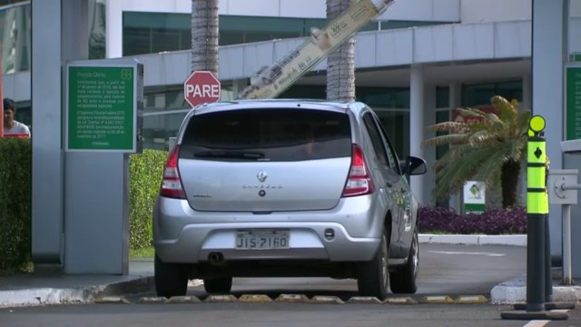 Carro entra em estacionamento de shopping de Brasília (Foto: TV Globo/Reprodução)