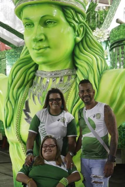 A jovem com sua mãe, Márcia Barbosa, e o tio, Guto Júnior