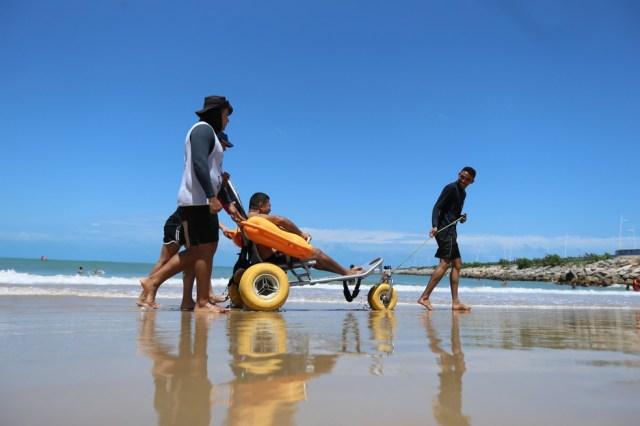 Grupo de deficientes foi de Canindé até Fortaleza para tomar o primeiro banho nas águas salgadas do oceano. — Foto: Natinho Rodrigues