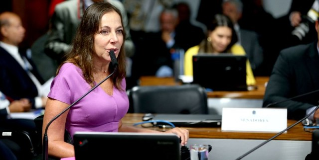 Mara falando ao microfone em comissão do Senaod
