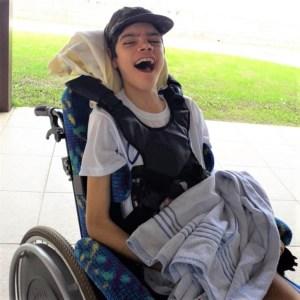 garoto miguel na cadeira de rodas