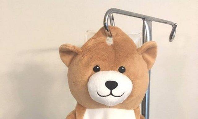 O ursinho Medi Teddy, invenção de Ella Casano, esconde os medicamentos Foto: Reprodução / Medi Teddy