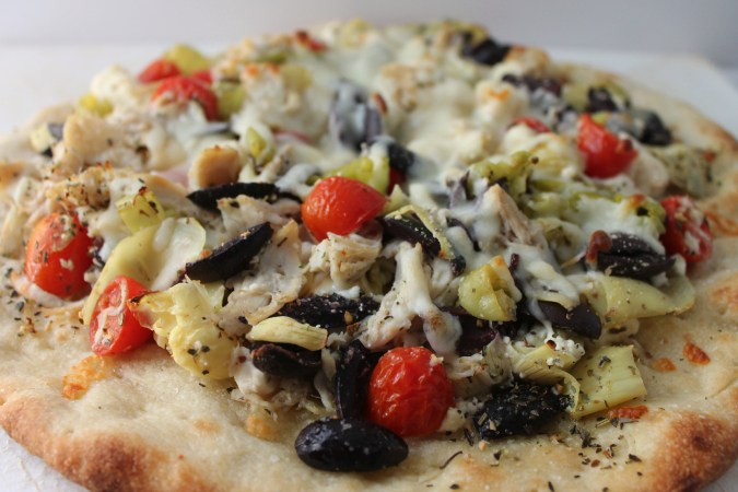 greek chicken pizza #sundaysupper @casadecrews