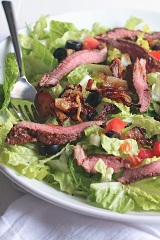 Bistro Steak Salad - tender grilled steak with carmelized onions, tomatoes, black olives, tossed in a creamy ranch dressing #SundaySupper | casadecrews.com