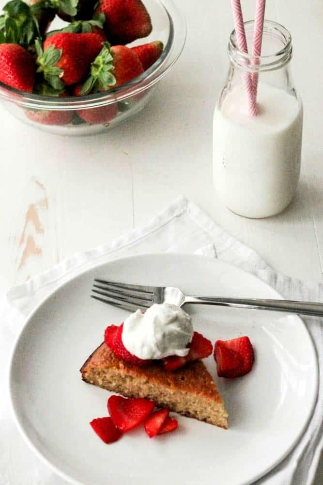 Flourless Almond Cake with Strawberries and Coconut Cream #SundaySupper #FLStrawberry - paleo, whole30, lowcarb and delish!   casadecrews.com