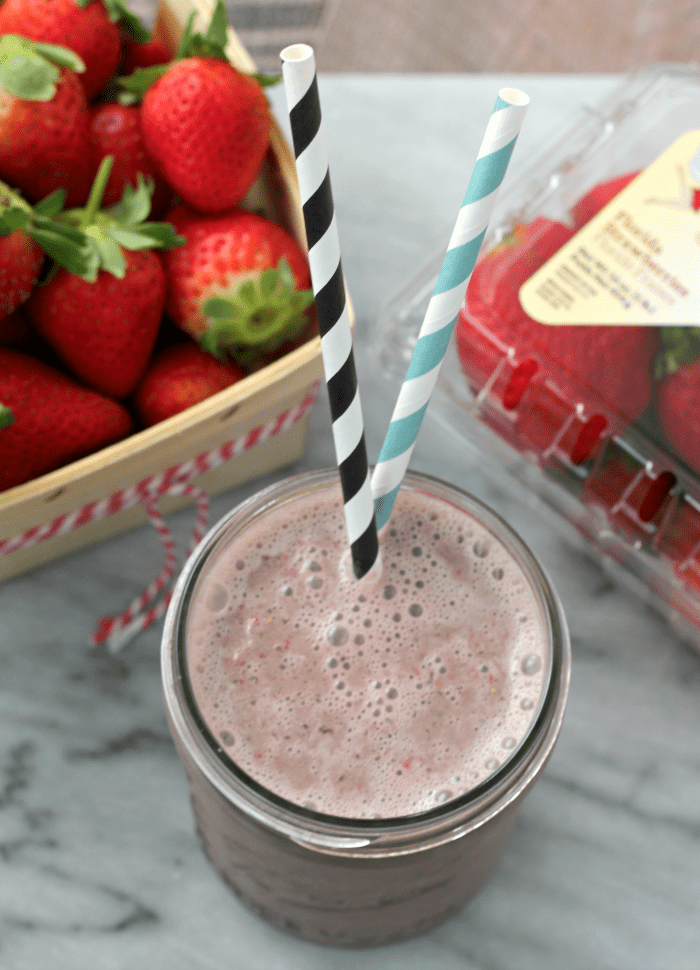 Strawberry Mocha Yogurt Smoothie | casadecrews.com