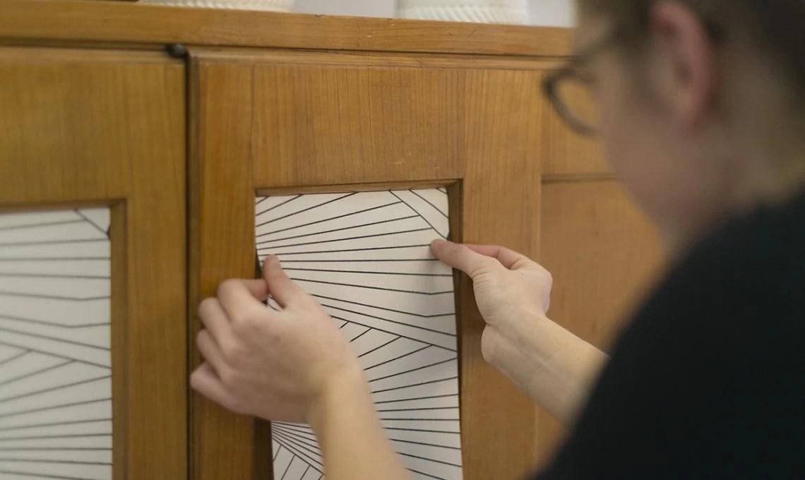 carta da parati effetto tessuto oppure classica. Carta Da Parati Decor Come Applicarla Su Un Mobile Casafacile