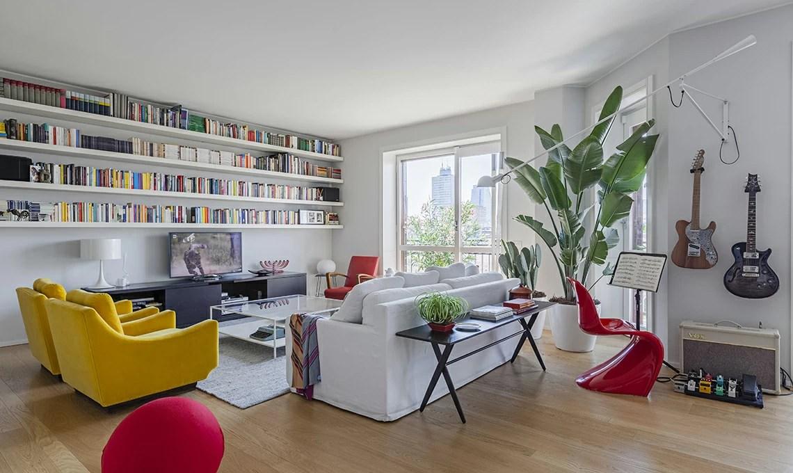 Lasciati ispirare dalle case più belle e arredate con stile da copiare. Un Appartamento Moderno Arredato Con Mobili Di Famiglia E Di Design Casafacile