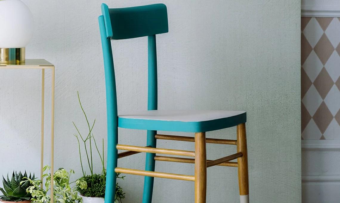 Viene così creato uno strato impermeabile sulla sedia che impedirà al legno di assorbire il successivo smalto colorato. Rinnova Una Sedia Con Piu Colori Casafacile