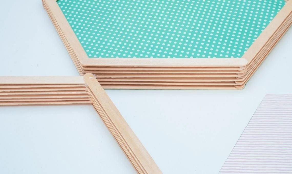 Procuratevi delle cassette di legno alle quali legare corde di diverse misure. Come Realizzare Delle Mensole Riciclando I Bastoncini Dei Gelati Casafacile