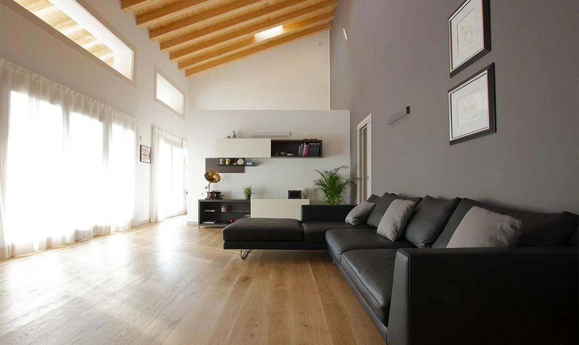 Consigli per illuminare una mansarda con travi di legno a vista. Una Casa Moderna Con Soggiorno A Doppia Altezza E Travi A Vista Casafacile