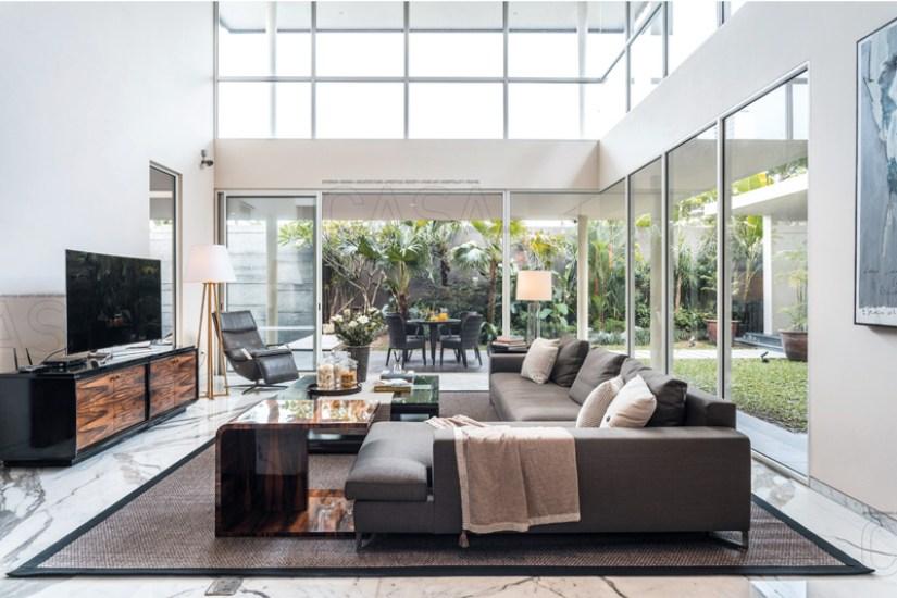 ruang tamu minimalis dengan plafon tinggi