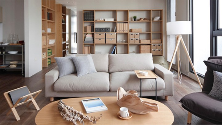 ruang tamu minimalis dengan ruang penyimpanan yang rapi