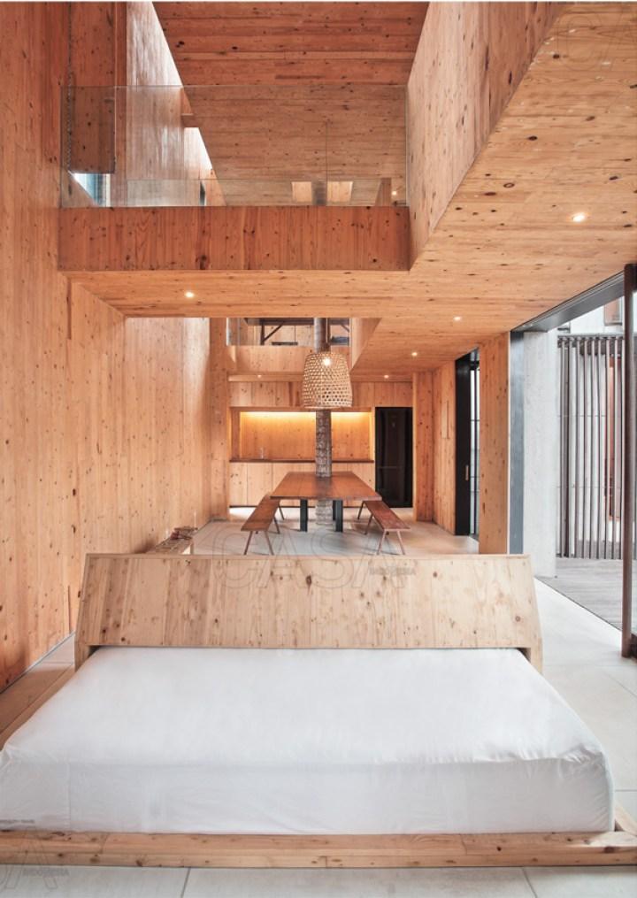 ruang tamu minimalis dengan nuansa kayu