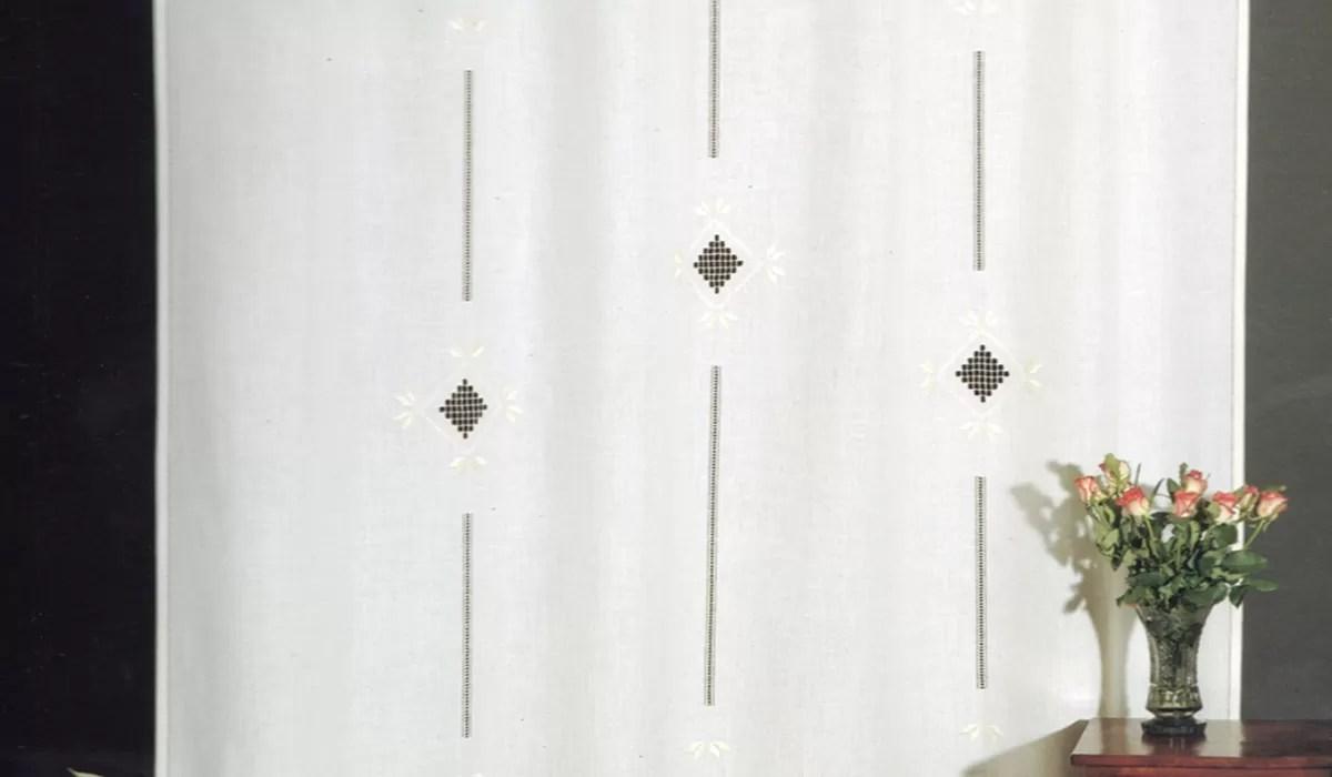 I colori dovrebbero essere abbastanza neutri e rilassanti come per esempio bianco, beige, dorato o marrone per ambienti sobri anche se le nuove tendenze prevedono la scelta di tendaggi dai colori molto forti come il viola, l'arancio e l'azzurro. Tende Ricamate Uno Stile Intramontabile Casa Live