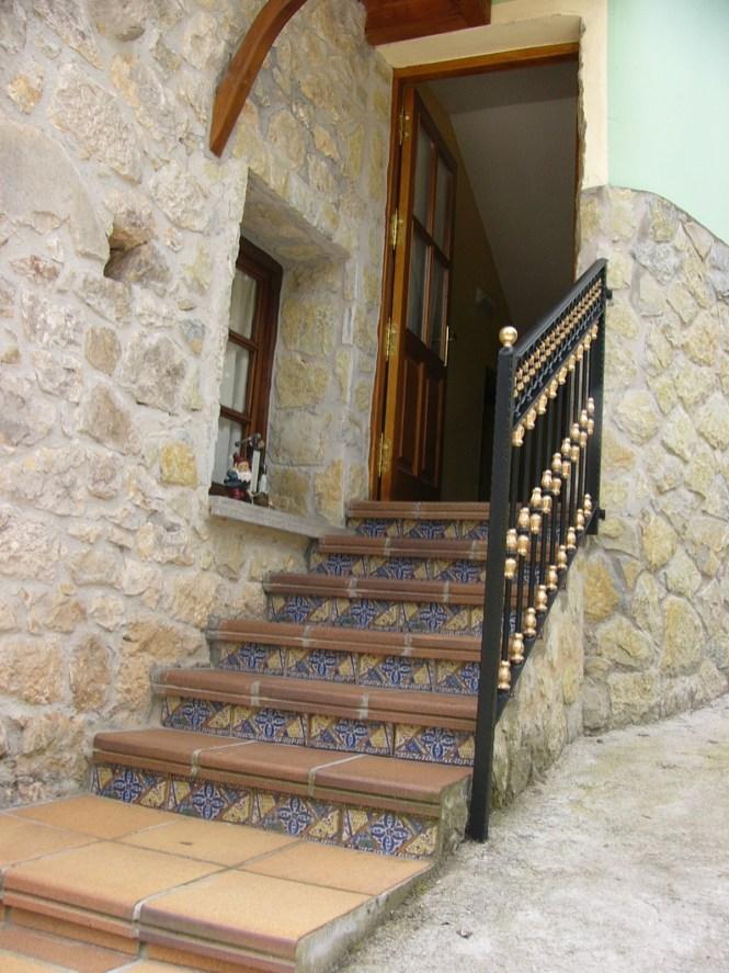 Escalera de cerámica de entrada a la casa