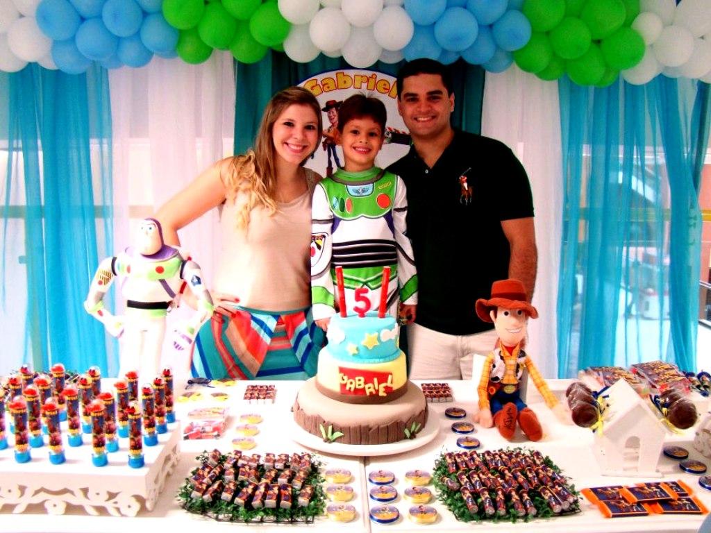A mamãe Marina, Biel e o papai Leandro comemoram a vida do pequeno.
