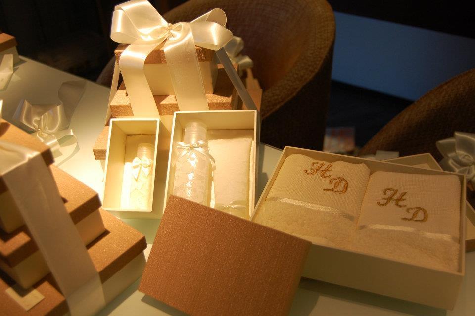 Trio de caixas para nossos padrinhos (casal): toalha com iniciais, sabonete líquido e hidratante.