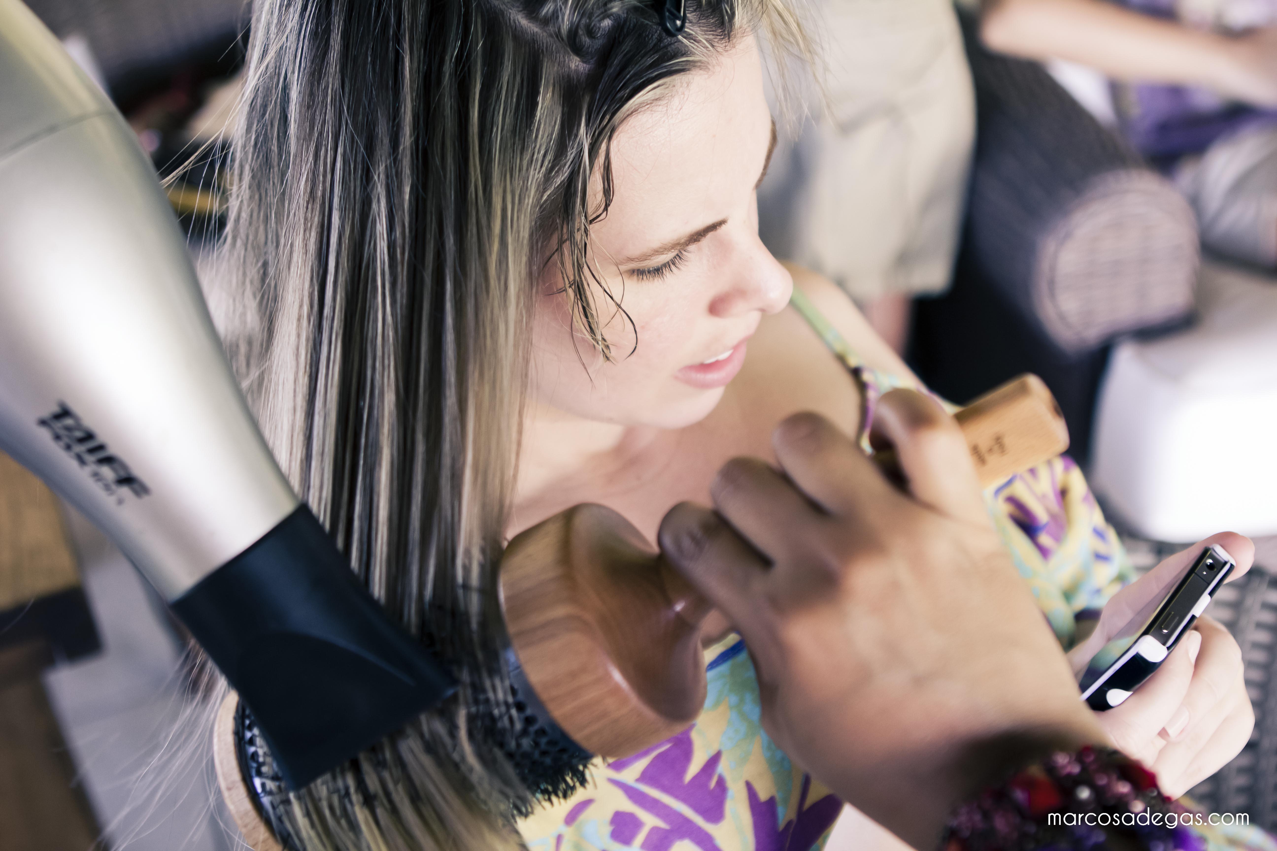 A noiva leitora Aline Mota, em produção pela Mulher Cheirosa.