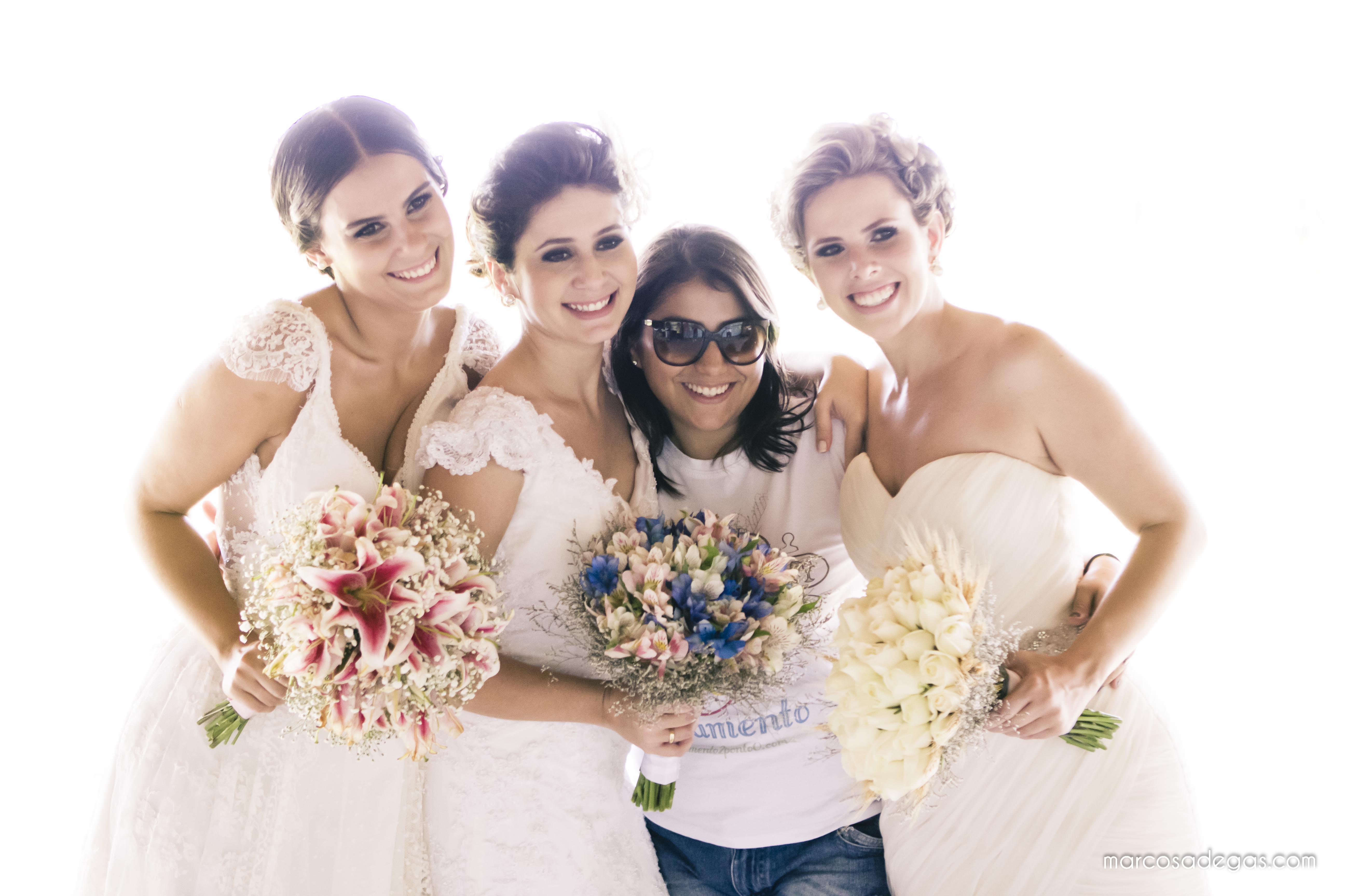 A blogueira com as noivas modelos Deborah, Cibele e Aline.