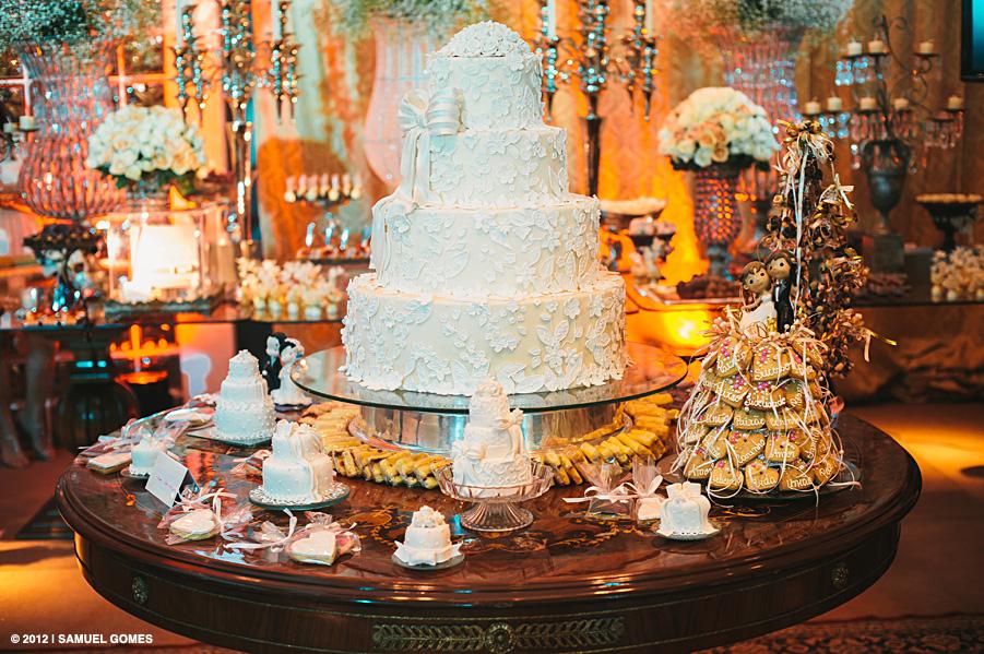 Mesa de bolo e miniatura de bolinhos da Bom Bocado no 2º Aniversário do Casamento 2.0. Foto: Samuel Gomes.