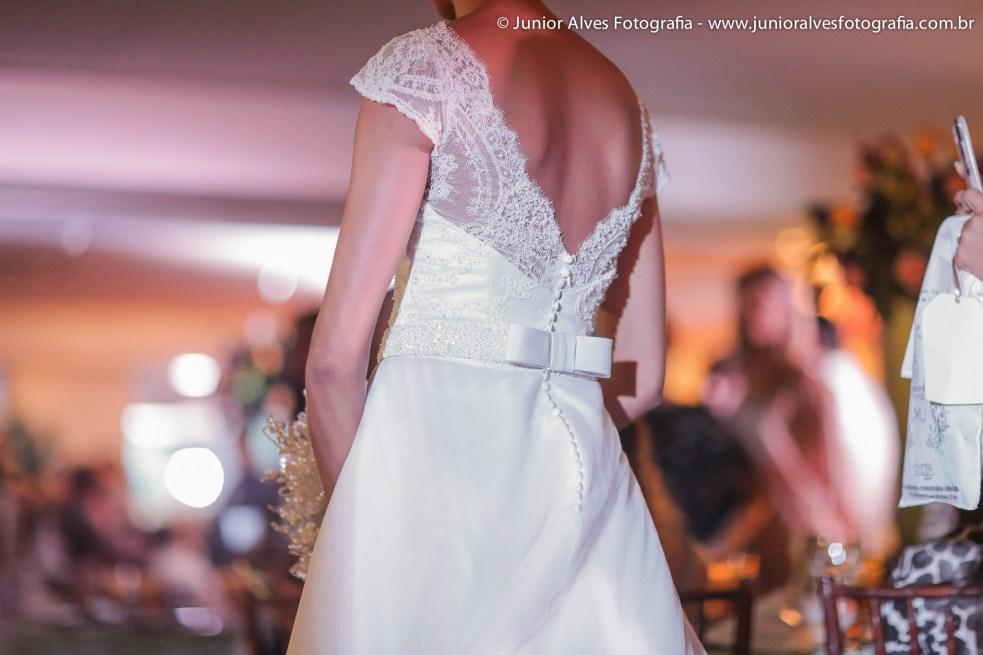 Noiva de Maison Cris; produção Mulher Cheirosa; buquê Marlene Sobreira; adereço Lace Atelier. Foto: Júnior Alves.