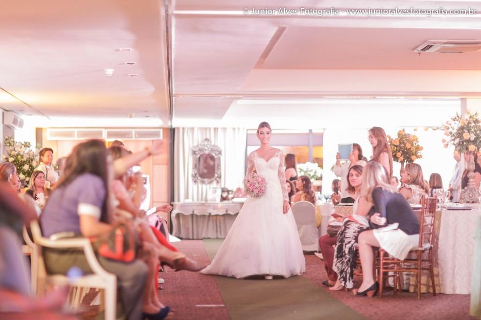 Noiva vestida de Maison Cris, buquê Marlene Sobreira, produção Mulher Cheirosa e adereço Lace Atelier. Foto: Júnior Alves.