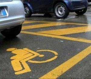 Raddoppiano multe posti auto disabili