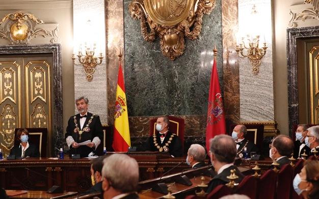 Su Majestad el Rey durante la intervención del presidente del Tribunal Supremo y del Consejo General del Poder Judicial, Carlos Lesmes, en el acto de