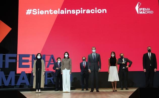 Fotografía de grupo de Sus Majestades los Reyes con las autoridades tras la presentación de la nueva marca de IFEMA
