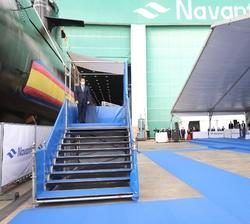 """Su Majestad el Rey acompañado de Su Alteza Real la Princesa de Asturias se dirigen al Submarino S-81 """"Isaac Peral"""" para la ceremonia de su"""