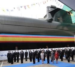 Sus Majestades los Reyes y sus hijas, Sus Altezas Reales la Princesa de Asturias y la Infanta Doña Sofía con la dotación de quilla del Submarino S-81